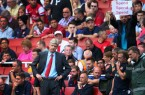 Someone trys to give Wenger a message